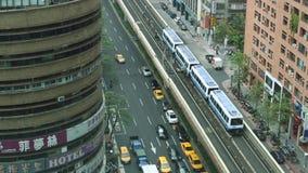 A antena de um trem elevado viaja sobre uma linha de tráfego durante o dia video estoque