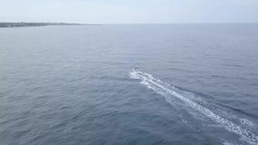 Antena de uma competência de barco luxuosa rápida da velocidade em águas do mar azuis vídeos de arquivo
