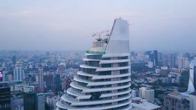 Antena de uma paisagem surpreendente em uma cidade com arranha-céus modernos e empresas Vista superior em uma cidade desenvolvida Fotografia de Stock