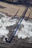 Antena de un embarcadero a una planta del petróleo/de gas Foto de archivo libre de regalías