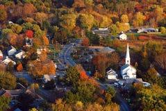Antena de un pueblo de Nueva Inglaterra en otoño Imágenes de archivo libres de regalías