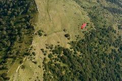 Antena del ala flexible roja sobre los claros de Cornizzolo, Italia Fotos de archivo