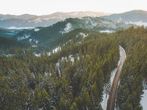 Antena del camino de la montaña del invierno Foto de archivo