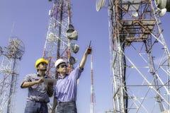 Antena del control de las comunicaciones del ingeniero imagen de archivo