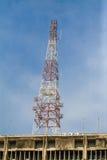 Antena del edificio de la comunicación y del cielo azul Imagen de archivo libre de regalías