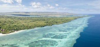 Antena del filón hermoso que franja la isla en el parque nacional de Wakatobi Imágenes de archivo libres de regalías