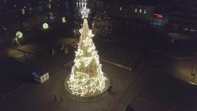 Antena del horizonte del árbol de navidad y de la ciudad por noche en Klaipeda, Lituania almacen de metraje de vídeo