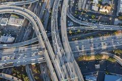 Antena del intercambio de la autopista sin peaje de Los Ángeles 110 céntricos y 10 Foto de archivo libre de regalías