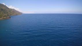 Antena del océano cerca de Catalina Island en California almacen de metraje de vídeo