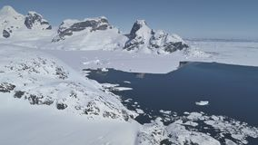 Antena del paisaje de la costa costa del glaciar de la Antártida almacen de video