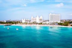 Antena del Palm Beach en la isla de Aruba Foto de archivo libre de regalías