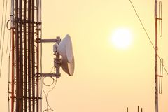 Antena del panel instalada en los postes de acero foto de archivo