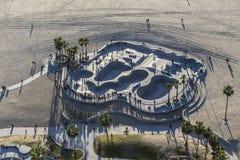 Antena del parque del monopatín del paseo marítimo de la playa de Venecia Imagen de archivo libre de regalías