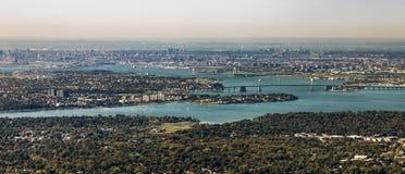 Antena del Queens con el puente y East River netos de los throgs Fotografía de archivo
