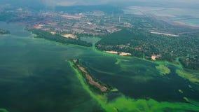 Antena del río ancho infectada con las algas verdes cerca de zona grande de la industria metrajes