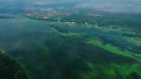 Antena del río contaminada con las algas verdes cerca de zona de la industria almacen de metraje de vídeo