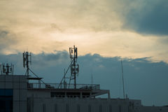 Antena del repetidor de Internet de Siluate en el edificio Imagen de archivo libre de regalías