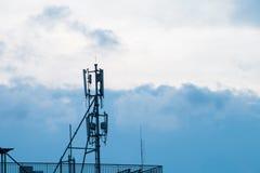 Antena del repetidor de Internet en el edificio Imagen de archivo libre de regalías