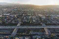 Antena del sur de la salida del sol del Harbor Freeway de Los Ángeles 110 Fotos de archivo libres de regalías