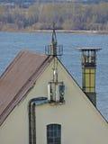 Antena del teléfono celular, transmisor Antena móvil de radio de las telecomunicaciones contra el cielo azul Fotos de archivo libres de regalías