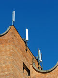 Antena del teléfono celular, transmisor Antena móvil de radio de las telecomunicaciones contra el cielo azul Foto de archivo