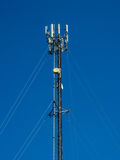 Antena del teléfono en el cielo azul Imagen de archivo