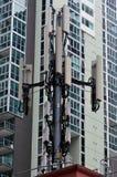 Antena del teléfono móvil en zona urbana Imágenes de archivo libres de regalías