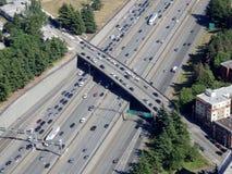 Antena del tráfico a lo largo del paso superior del amd de la carretera I-5 Foto de archivo libre de regalías