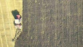 Antena del tractor en campo de la cosecha visión superior desde la altura metrajes