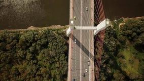 Antena del transporte de coches en el puente grande con los pilares altos que cruzan el río grande metrajes