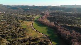 Antena del vuelo sobre un valle verde hermoso en un paisaje rural Andaluc?a, Espa?a almacen de video