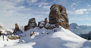 Antena delantera hacia los soportes rocosos majestuosos de Cinque Torri que inclinan para arriba Día soleado con el cielo nublado almacen de metraje de vídeo