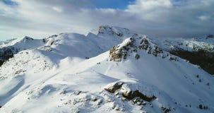 Antena delantera a los picos nevosos del soporte en el paso de Valparola que inclina para arriba Puesta del sol o salida del sol  almacen de metraje de vídeo