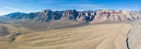 Antena do deserto árido e montanhas na garganta vermelha da rocha imagens de stock