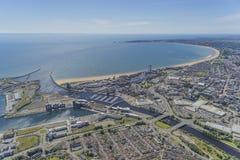 A antena do helicóptero do centro de cidade de Swansea e Swansea latem imagem de stock royalty free