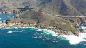 Antena do litoral rochoso em Califórnia no dia ensolarado filme