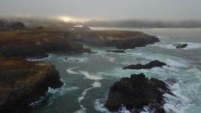 Antena do oceano, da névoa, e do litoral em Califórnia video estoque