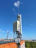 Antena do telefone celular, transmissor Antena móvel de rádio das telecomunicações contra o céu azul Foto de Stock Royalty Free