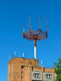 Antena do telefone celular, transmissor Antena móvel de rádio das telecomunicações contra o céu azul Fotografia de Stock Royalty Free