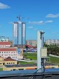 Antena do telefone celular, transmissor Antena móvel de rádio das telecomunicações contra o céu azul Fotografia de Stock