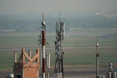Antena do telefone na parte superior do telhado da construção imagem de stock royalty free