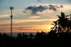 Antena do telefone no fundo do céu do por do sol imagens de stock