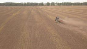 Antena do trator no campo da colheita vídeos de arquivo