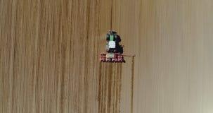 Antena do trator no campo da colheita que ploughing o campo agrícola vídeos de arquivo