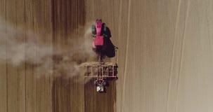 Antena do trator no campo da colheita que ploughing o campo agrícola video estoque