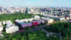 Antena do zangão de construções modernas em Kiev que negligencia um lago, Ucrânia filme