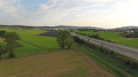 Antena do zangão de uma estrada em campos Europa Alemanha do campo vídeos de arquivo
