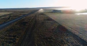 a antena do zangão 4K sobre carneiros cultiva perto da estrada de terra no por do sol em Islândia do nordeste filme