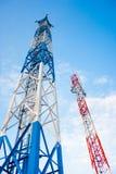 Antena dois para uma comunicação do telefone celular no céu azul claro imagens de stock royalty free