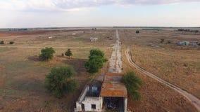 ANTENA: Edificios agrícolas abandonados y camino concreto roto metrajes